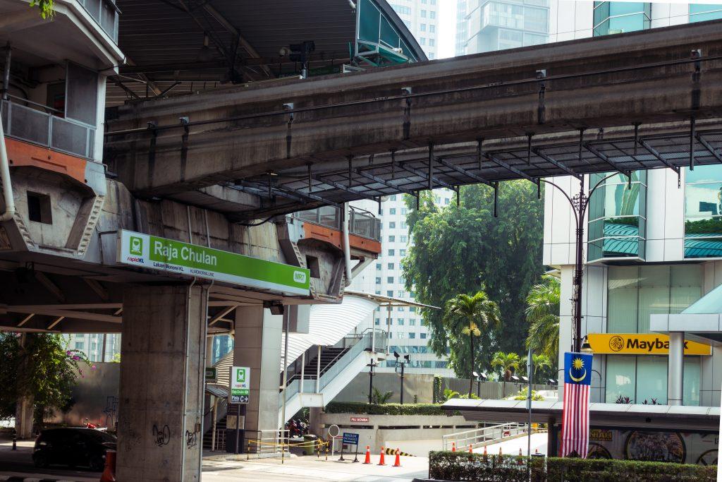 略显残破的单轨列车车站