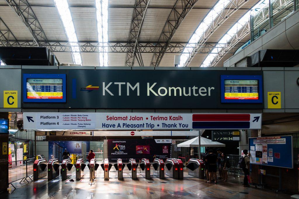 KL Sentral 的通勤铁路检票大闸,交通卡必须走指定闸机。另外在大马学到的一句常用语就是 Terima Kasih(谢谢)。