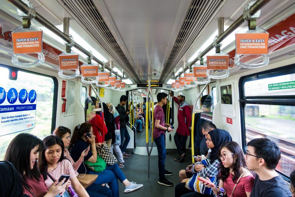 标准中国地铁车厢布局,车厢连接处横梁有报站 LED 走字屏,车门旁也设置了小电视与广告/通告槽,与广州地铁相若。