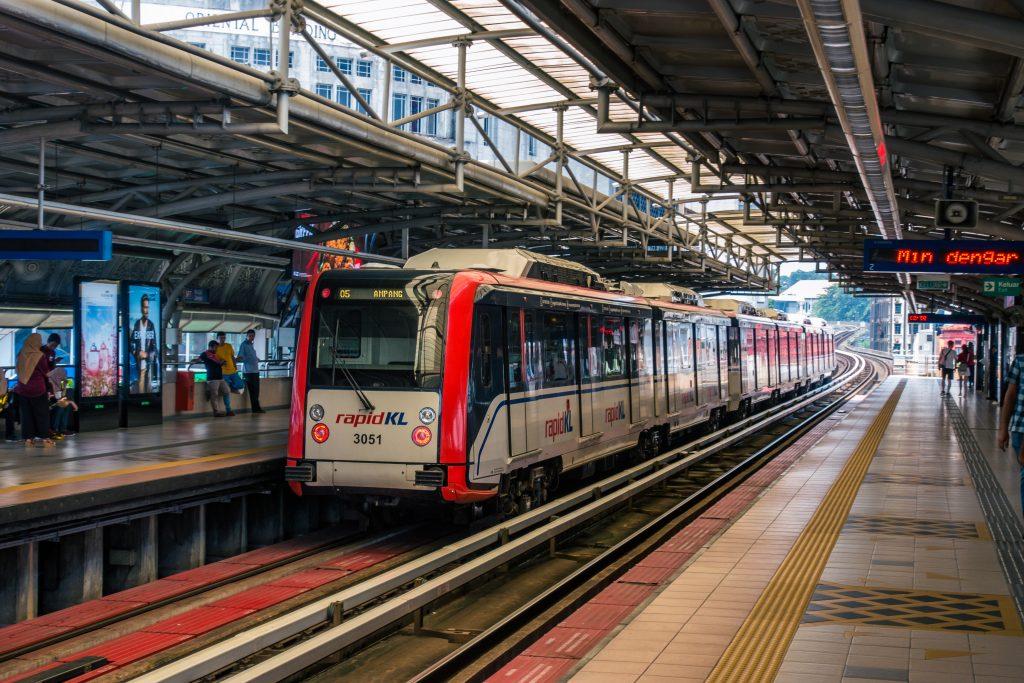 南车生产的 LRT 列车与 Masjid Jamek 车站。可见列车外露的滑动式车门,rapidKL 的品牌管理做得不错,涂装统一清晰。