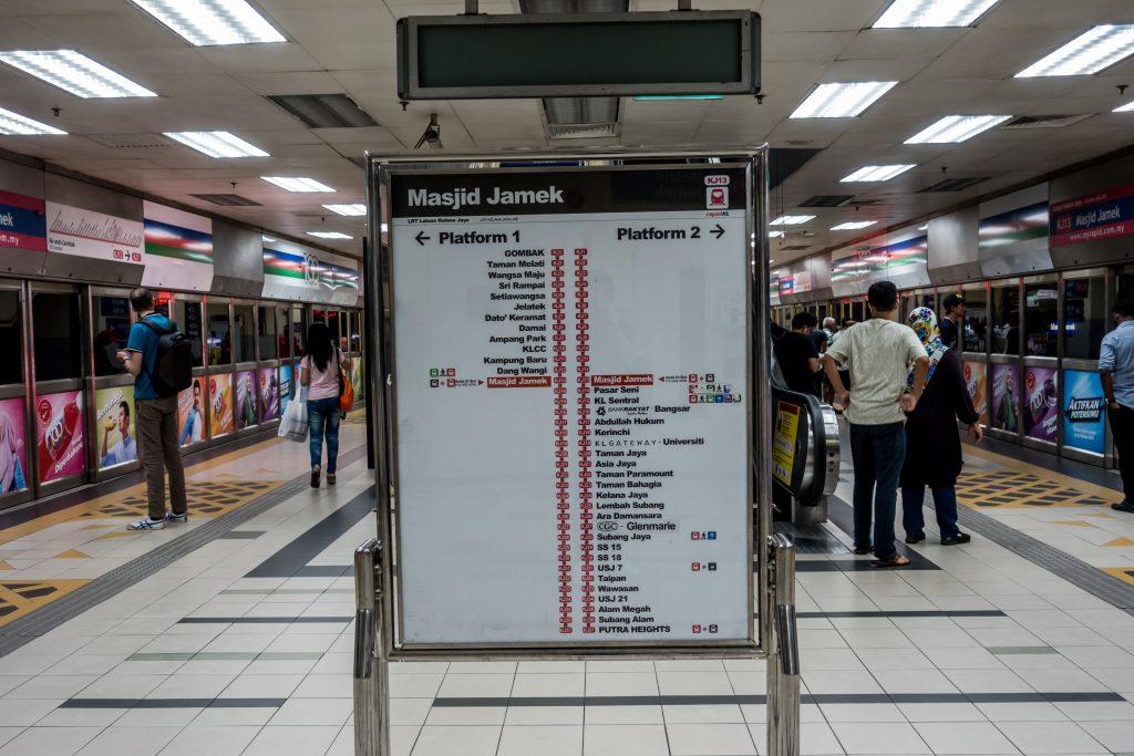 Kelana Jaya Line 的地下车站,设有全高屏蔽门,稍显老旧但也整洁。