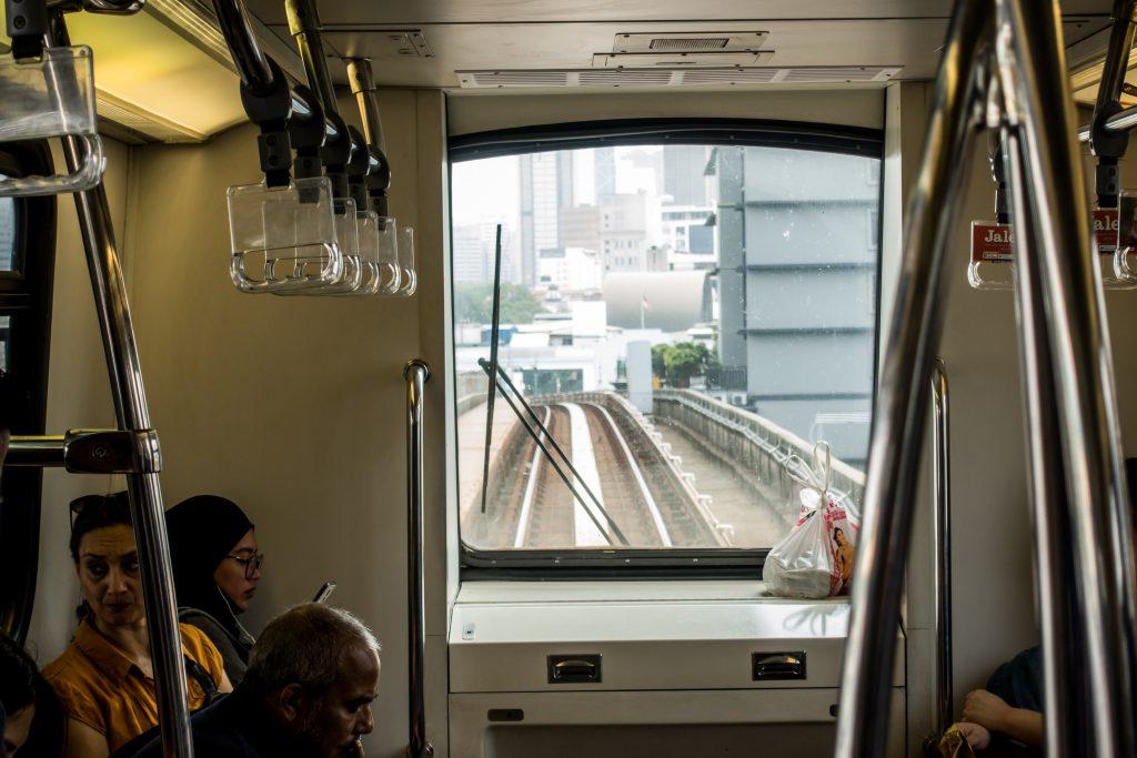 庞巴迪 Innovia 平台的无人驾驶列车,有趣的是一位华人老伯直接把食物放在手动操控台盖板上,不知道打翻了侵入控制板元件是什么后果。