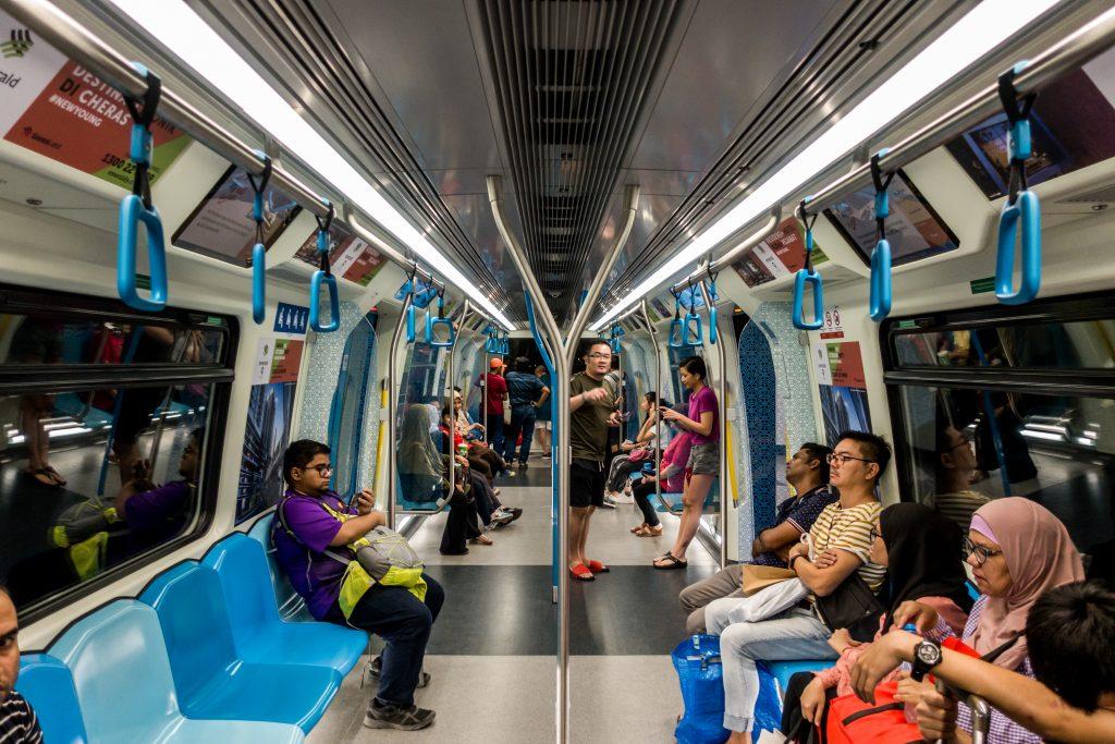 吉隆坡捷运(MRT)车厢内的阿拉伯拼贴花纹