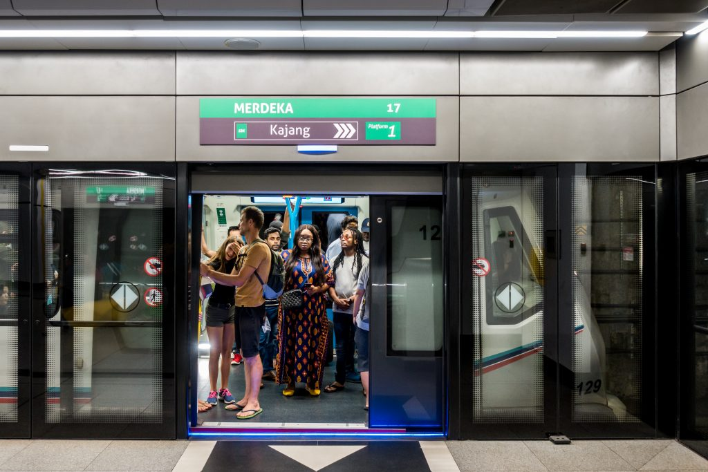 MRT 列车与站台。