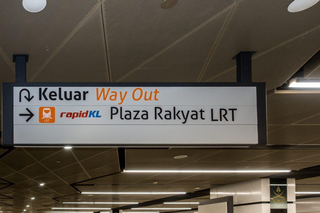 吉隆坡捷运标识,英式英文 Way Out,香港则是用 Exit。