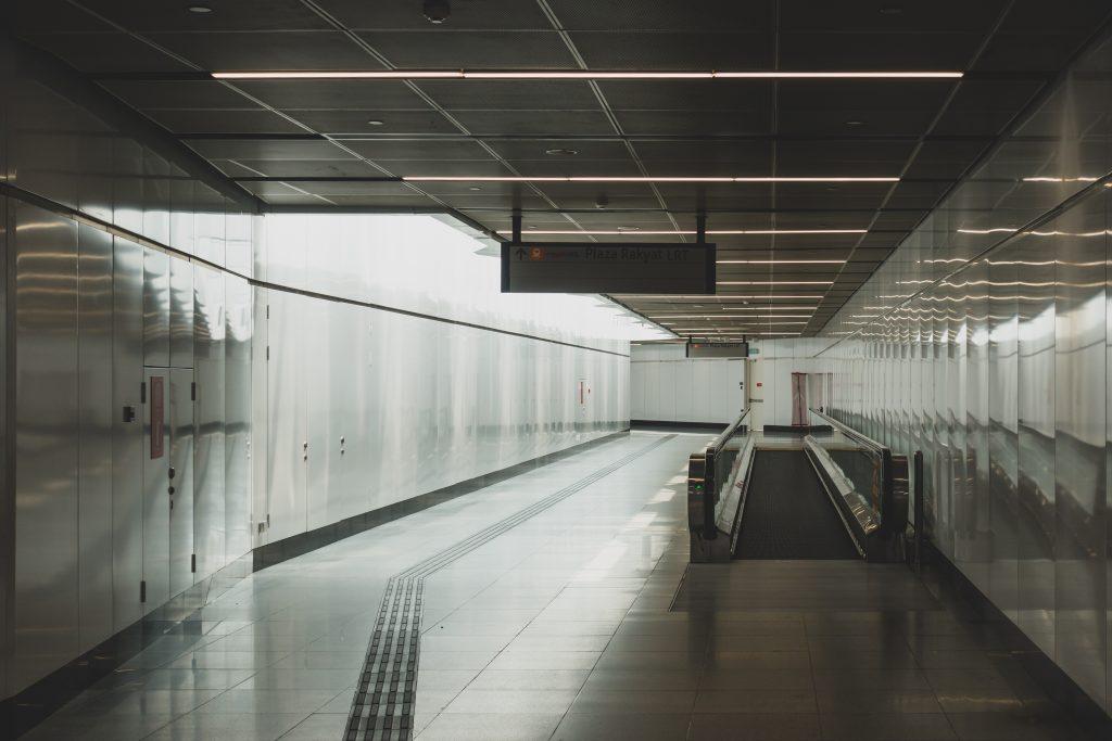 Merdeka 站 LRT 与 MRT 换乘的步道,舒适的自然采光。