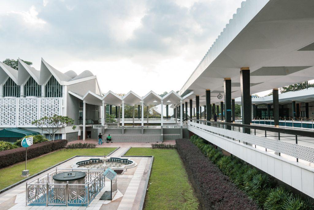 伊斯兰教重视天文学与数学。吉隆坡国家清真寺的伊斯兰庭院中就包含了日晷(左侧),另右侧可见吊脚楼内含的水池(据说是共享沐浴与沉思)