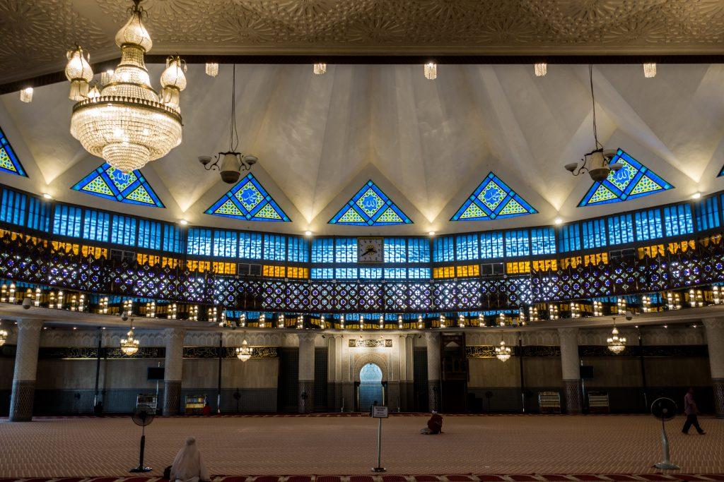 主礼拜堂,可见上方并非传统「洋葱头」圆顶而是星型设计的仿草屋屋顶,另可见礼拜堂正中间的「真阿拉伯数字」时钟。