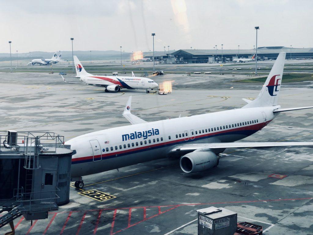 马航 B738 客机怀旧涂装,后为标准涂装,另可见最后停放的 A388 客机
